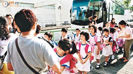 開學混亂 跨境童遲大到 - 東方日報