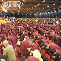 來自世界兩萬八千多個佛教機構代表,向南無第三世多杰羌佛佛像頂禮。