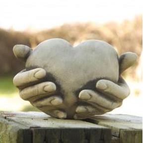 Herz in Hand - Herz in Hand, für Teelicht aus Steinguss