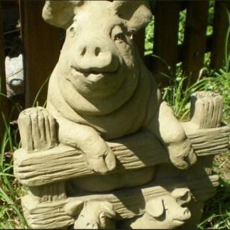 Schwein mit Ferkeln - Schwein hinter Zaun mit Ferkeln