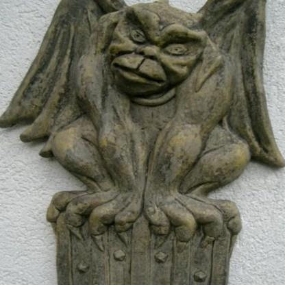 Relief Crest Gargoyle mit Wappen