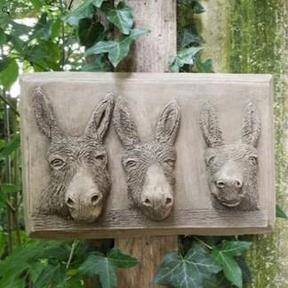 Relief Esels Trio mit drei Eselsköpfen