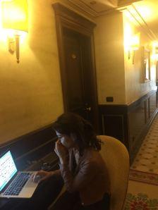 Davanti alla sua stanza si lavora sulle foto della cantautrice romana