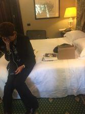 """E sul letto Arianna D'Aloja (Sony) che non sa più """"a chi dare i resti"""""""