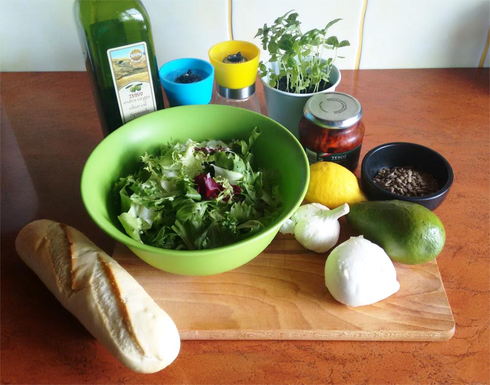 Przepis: sałatka z awokado, mozzarellą i suszonymi pomidorami