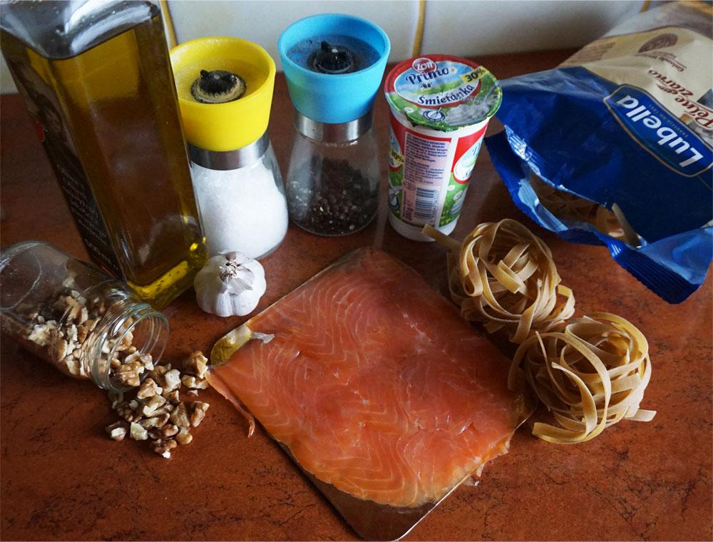 Makaron z łososiem w sosie śmietanowym z orzechami