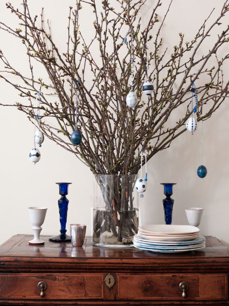 Farbowanie jajek czerwoną kapustą na niebiesko + proste dekoracje wielkanocne z gałęzi