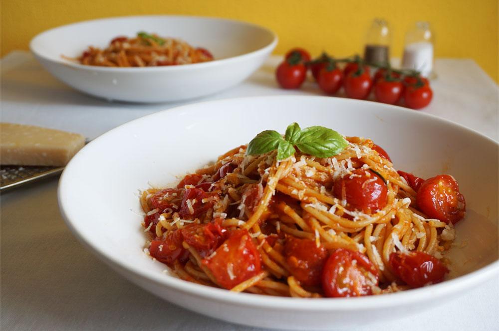 Przepis na proste spaghetti z pomidorkami koktajlowymi, bazylią i parmezanem