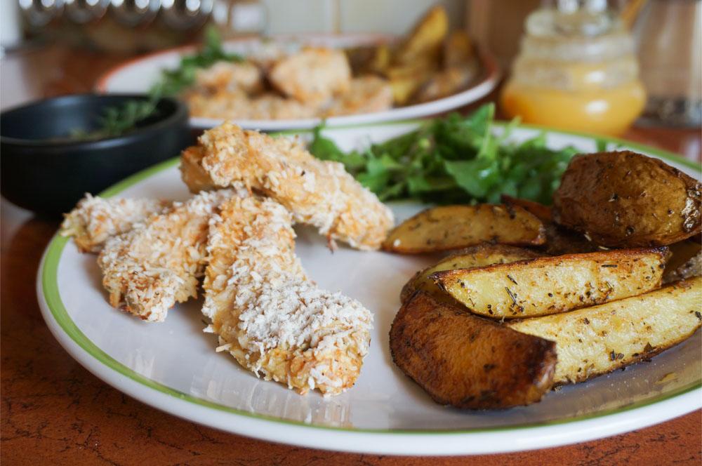 Nuggetsy w wiórkach kokosowych z sosem słodko-ostrym oraz domowymi ziemniaczkami
