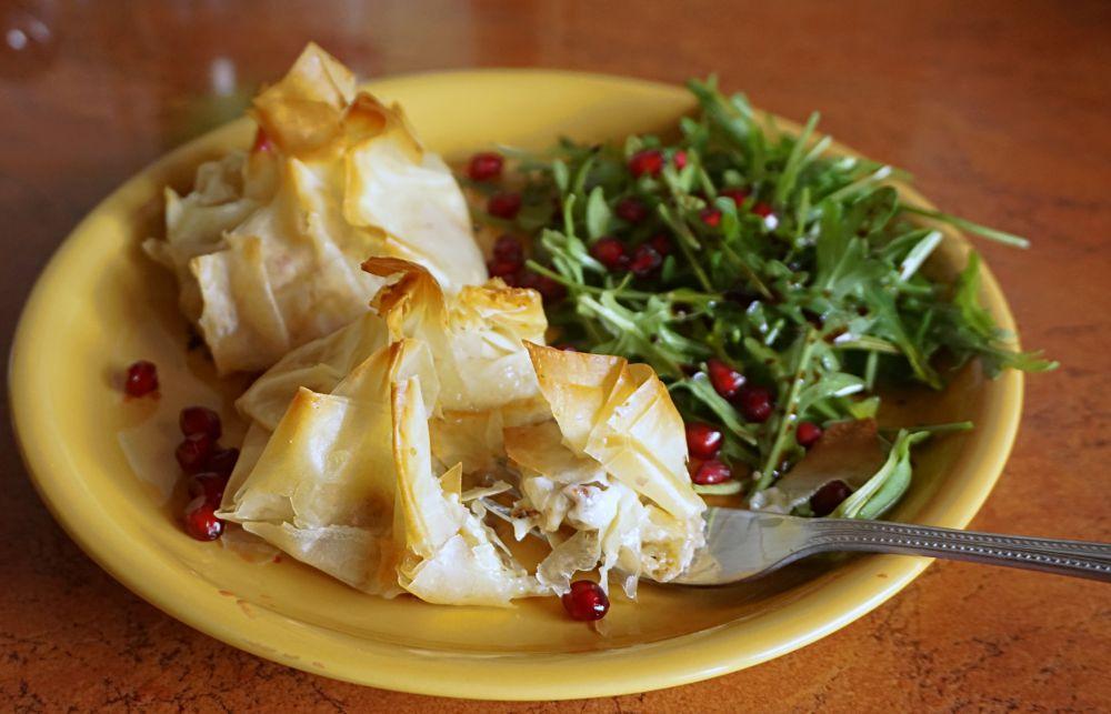 Przepis na Paczuszki z ciasta filo z gruszką, serem pleśniowym i orzechami
