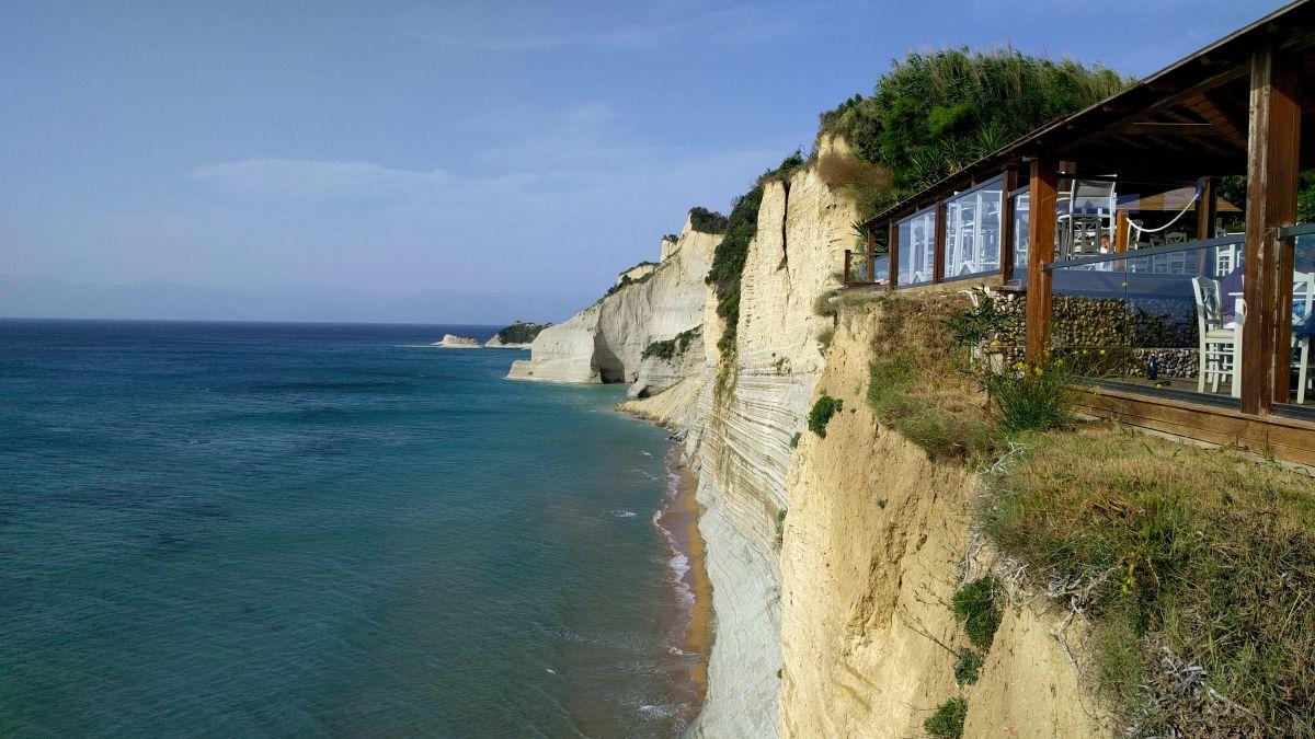 Co zobaczyć na Korfu? Najpiękniejsze miejsca klify Loggas beach