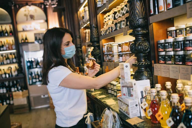Cómo convertir una tienda de souvenirs en un templo del producto valenciano por guía Hedonista