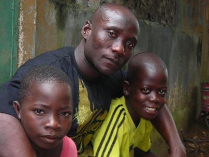 Sahin Polo et des enfants du quartier Abobo. Sahin Polo fut un des comparses du célèbre loubard John Pololo. (Photo : RFI/V. Cagnolari)