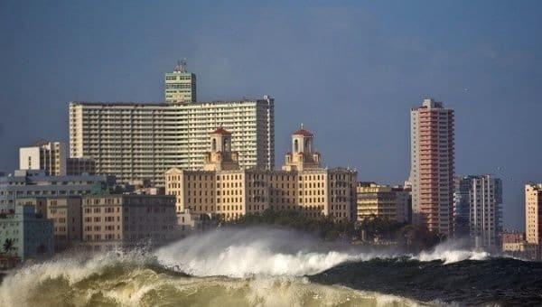 Cuba: Dangerous Waves Surpass Seawall, Flood Havana Streets