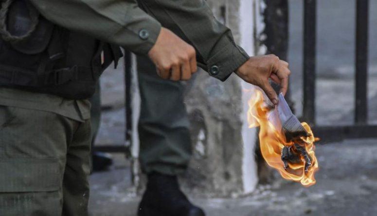 militar_quema_ley_de_amnistia.jpeg