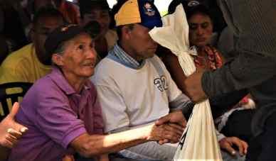 El Maizal commune presented Kevin Nava's mother with their communally produced corn meal. (Katrina Kozarek / Venezuelanalysis.com)