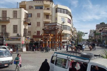 ルクソールの市街地、街はそこそこ綺麗です。この町の人は80%がコプト教徒だそうです。