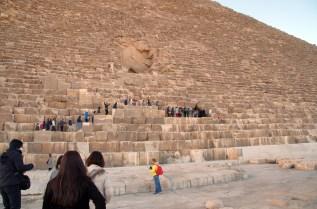 クフ王のピラミッド、盗掘穴から中に入れます。