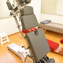 ハイローテーブルという機材です。腹部が下に下がるので、妊婦さんまで安心して施術が受けられます。
