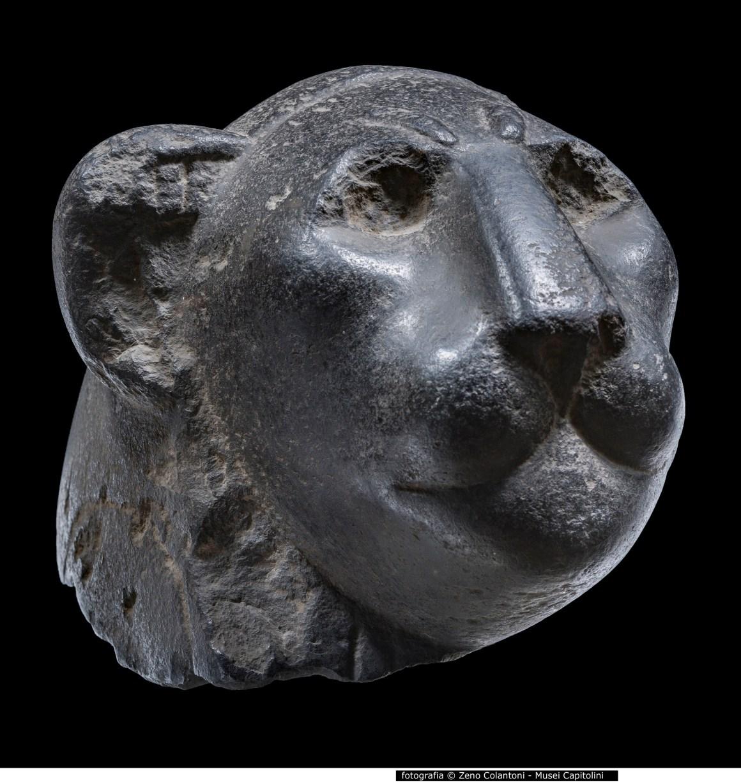 11 - Testa di leone in basalto