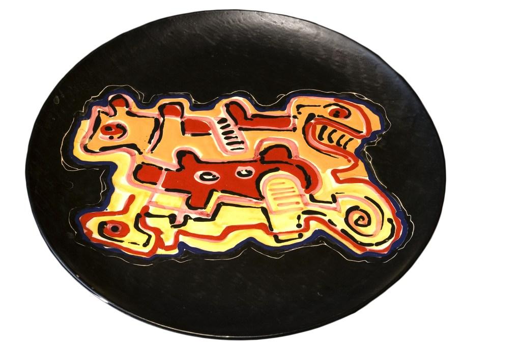 Gillo Dorfles, Senza titolo, 2003 piatto in ceramica inciso e dipinto con smalti, diametro 40 cm Collezione privata, Milano