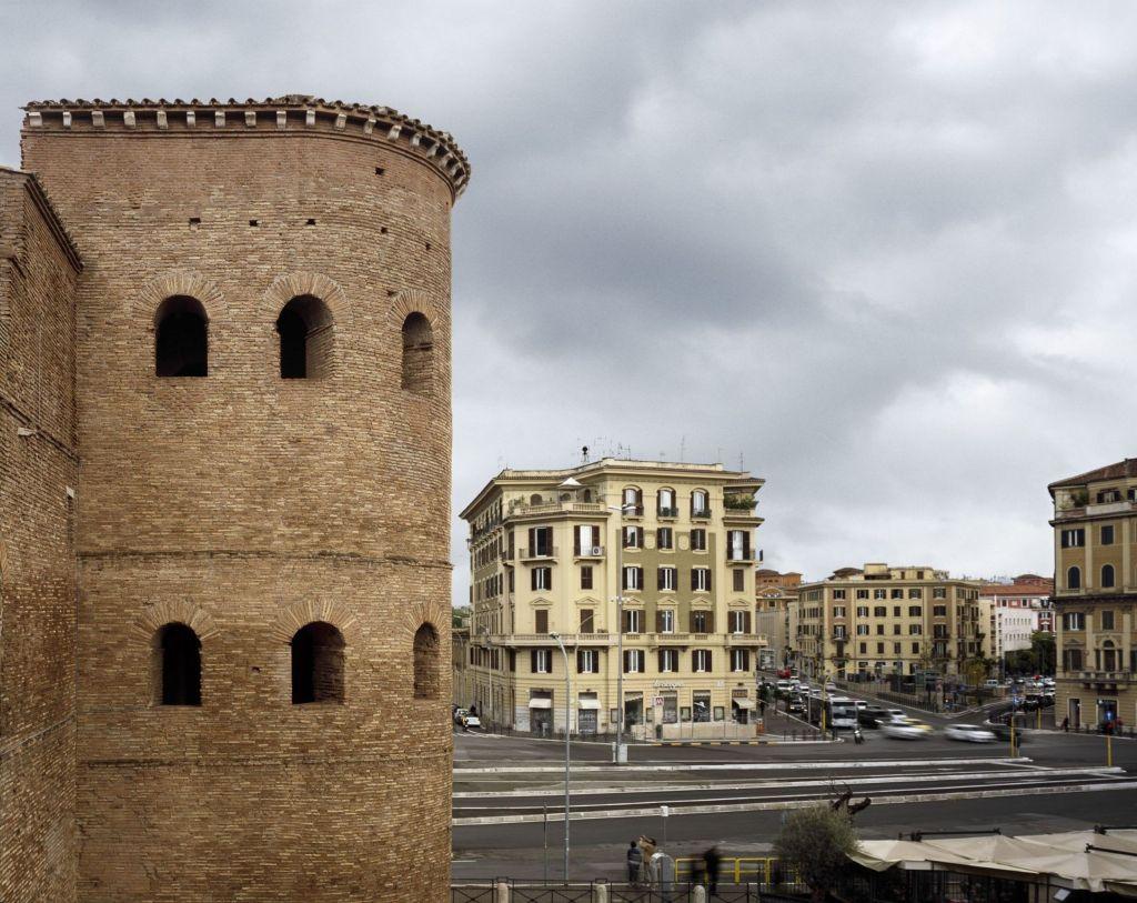 Torrione di Porta Asinaria e il quartiere di San Giovanni - Walls. Le mura di Roma. Fotografie di Andrea Jemolo