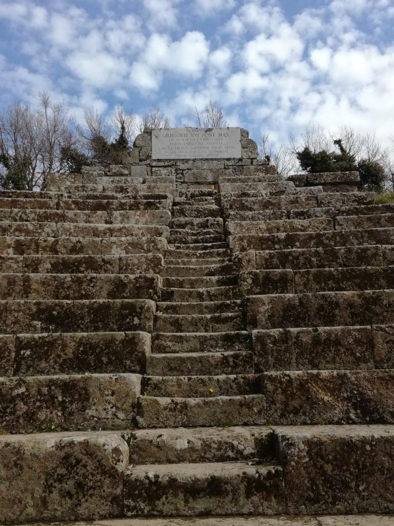 Parco Archeologico Tuscolo gradinate targa