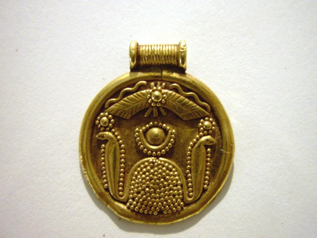 Medaglione con urei e disco solare Oro