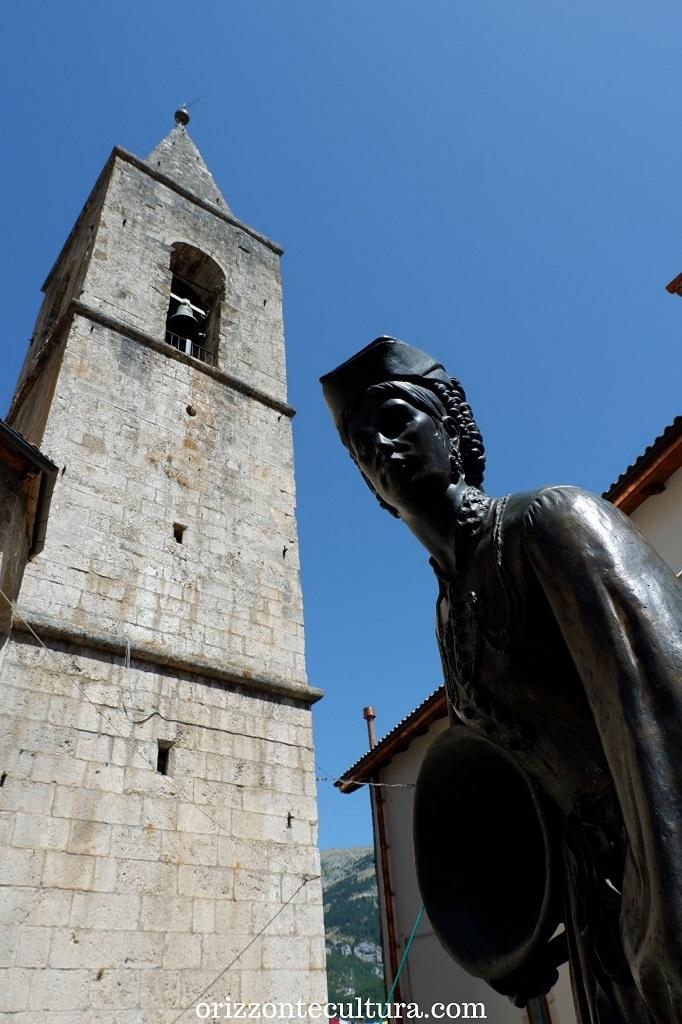 Statua dedicata al costume tradizionale delle donne di Scanno, borghi Abruzzo