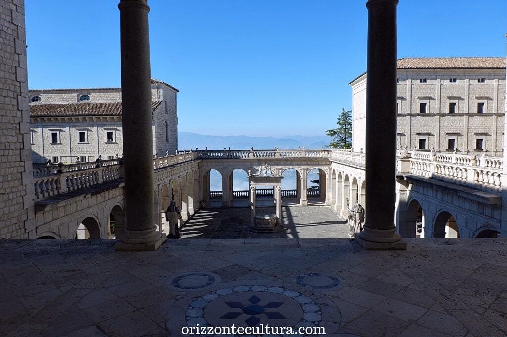 Il chiostro dei Benefattori che si apre sulla valle, Abbazia benedettina di Montecassino