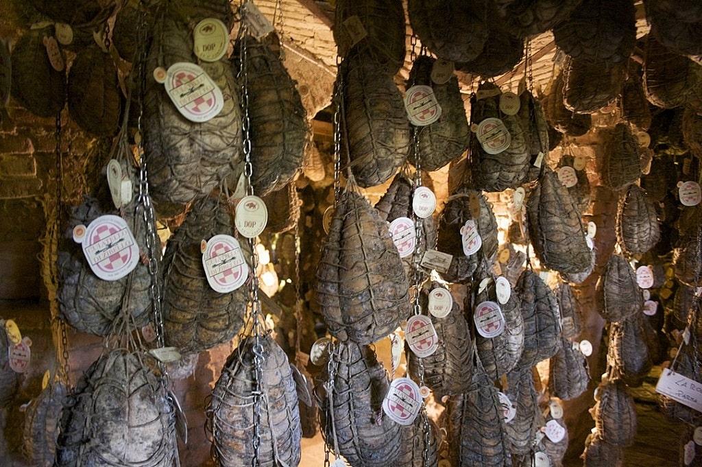 Cantina di stagionatura del Culatello di Zibello, prodotti tipici da mangiare a Parma