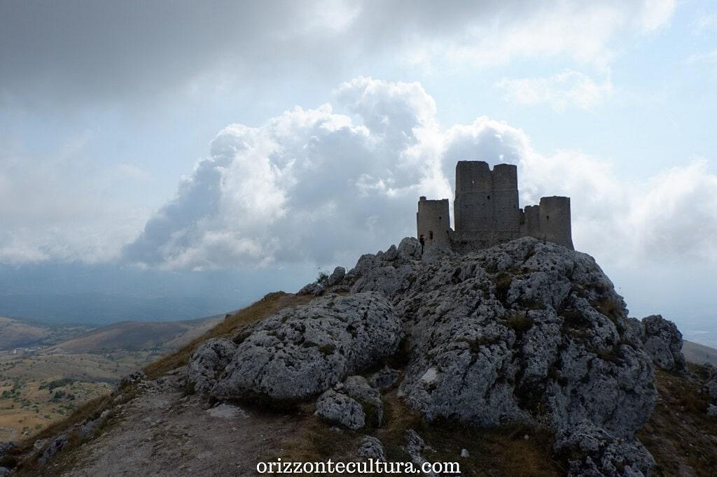 Il castello di Rocca Calascio avvolto dalle nuvole, cosa vedere a Rocca Calascio