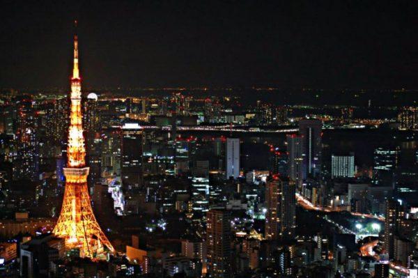 La Tokyo Tower, vista dalla Mori Tower