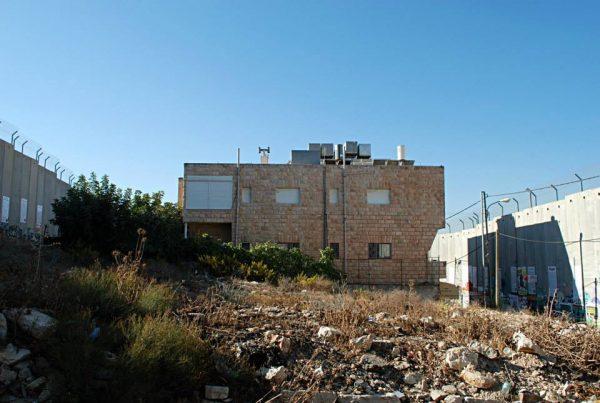 Una casa completamente circondata dal muro, a Betlemme