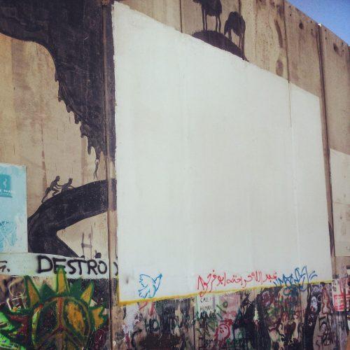 Non solo street art: il muro diventa anche uno schermo per il cinema...