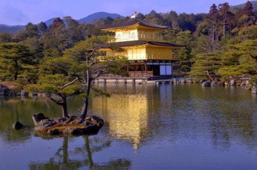 Il Kinkaku-ji, o Padiglione d'oro, a Kyoto