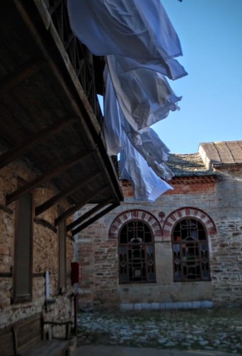 Lenzuola al vento al monastero di Meghisti Lavras