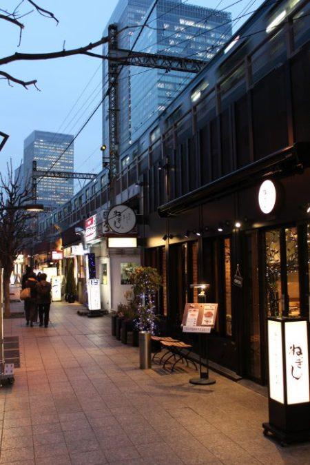 I locali sotto la ferrovia a Yurakucho, Tokyo