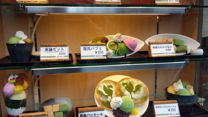 Una tipica vetrina di Uji, dolci e gelati al tè verde e la fenice