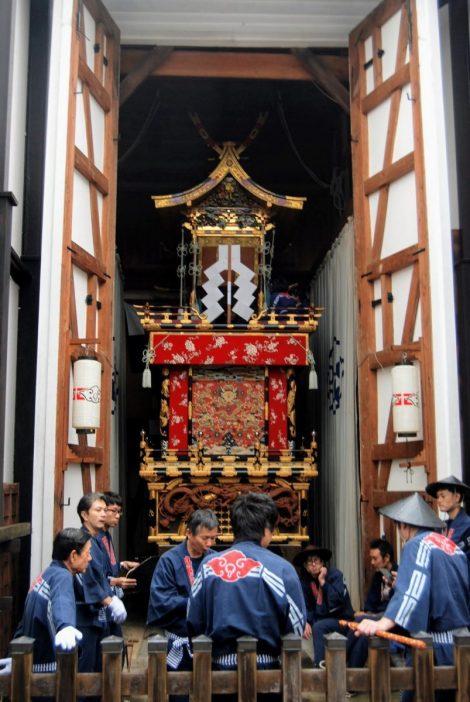 I preparativi per spostare uno yatai a Takayama