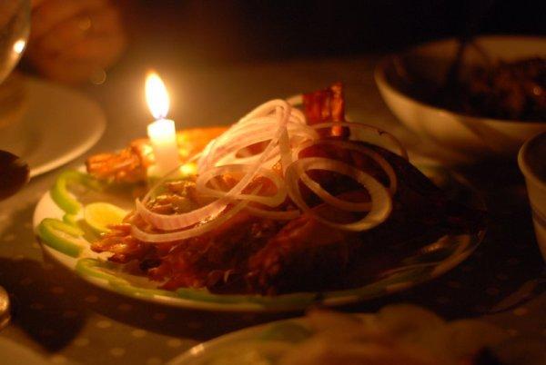 La cena illuminata da una candela nel buio