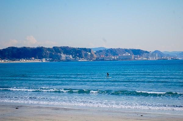 La spiaggia di Kamakura, dall'altro lato la cittadina di Zushi