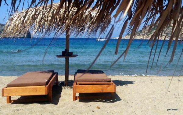 I lettini sulla spiaggia di Vathi