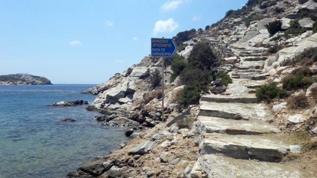 Il sentiero per Apokofto e il monastero di Chrissopigi, Sifnos