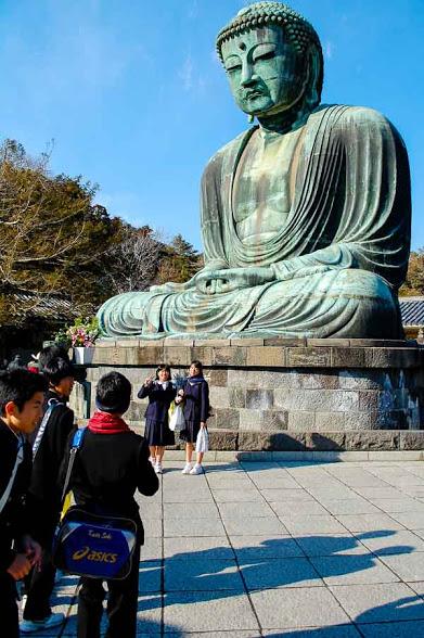 Studenti al grande Buddha di Kamakura
