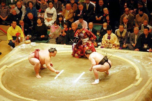 Un incontro di sumo al Ryokogu Kokugikan