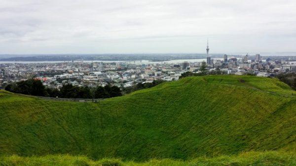 Auckland, e la Sky Tower, visti dal cratere di Mount Eden