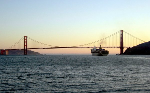 Il Golden Gate dopo il tramonto, dall'acqua