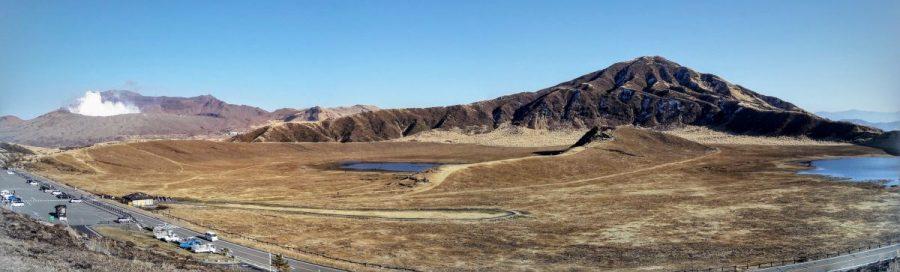 La piana di Kusasenri e, dietro, il cratere del Nakadak