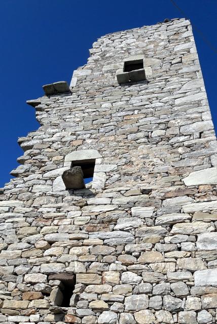 Una casa torre parzialmente crollata, alcune sono vecchie di secoli